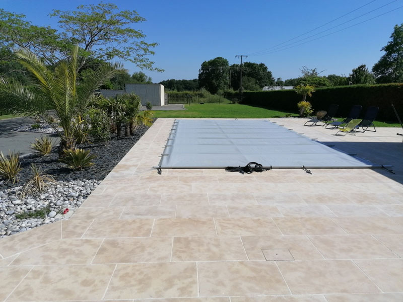 rb-paysagisme-terrasse-autour-piscine-dallage-pierre-naturelle-travertin
